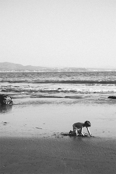 Niño jugando con arena