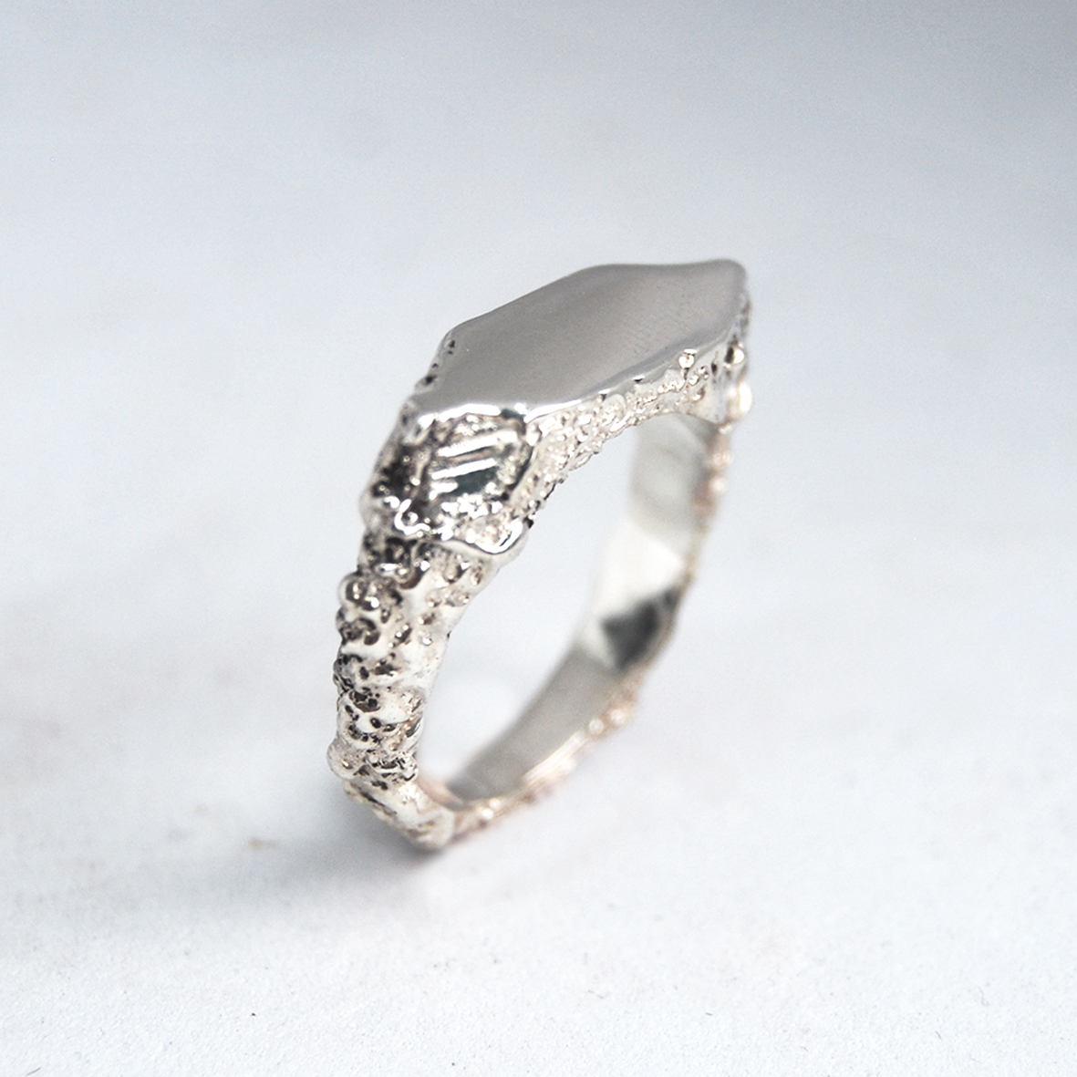 Diamond textured signet