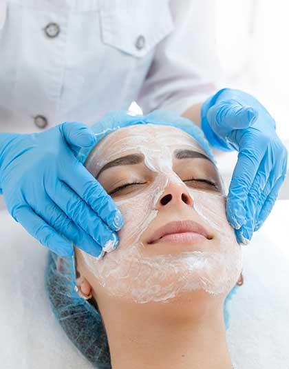 https://www.estetikamedica.cl/como-cuidar-la-piel-de-los-rayos-uv