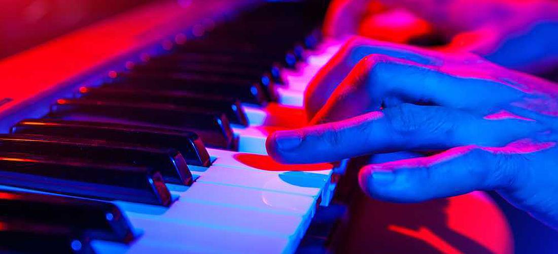 ¿Qué debo considerar al comprar un teclado musical?