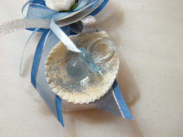 C15212 - Saco organza transparente com sabonete, decorado por chupeta, rosa e concha e tons azuis