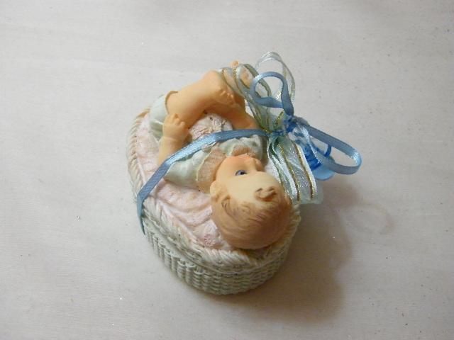 C15213 - Bebé deitado em alcofa decorado a azul