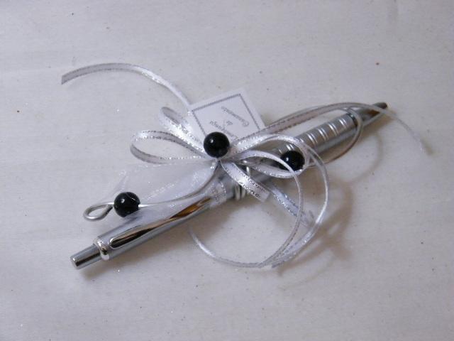 C15613 - Caneta com arame e pérolas pretas