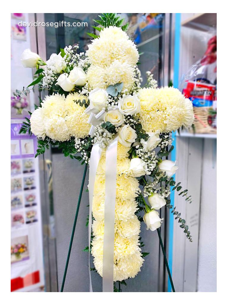 Cruz Floral 'Peace and Prayers' Blanca