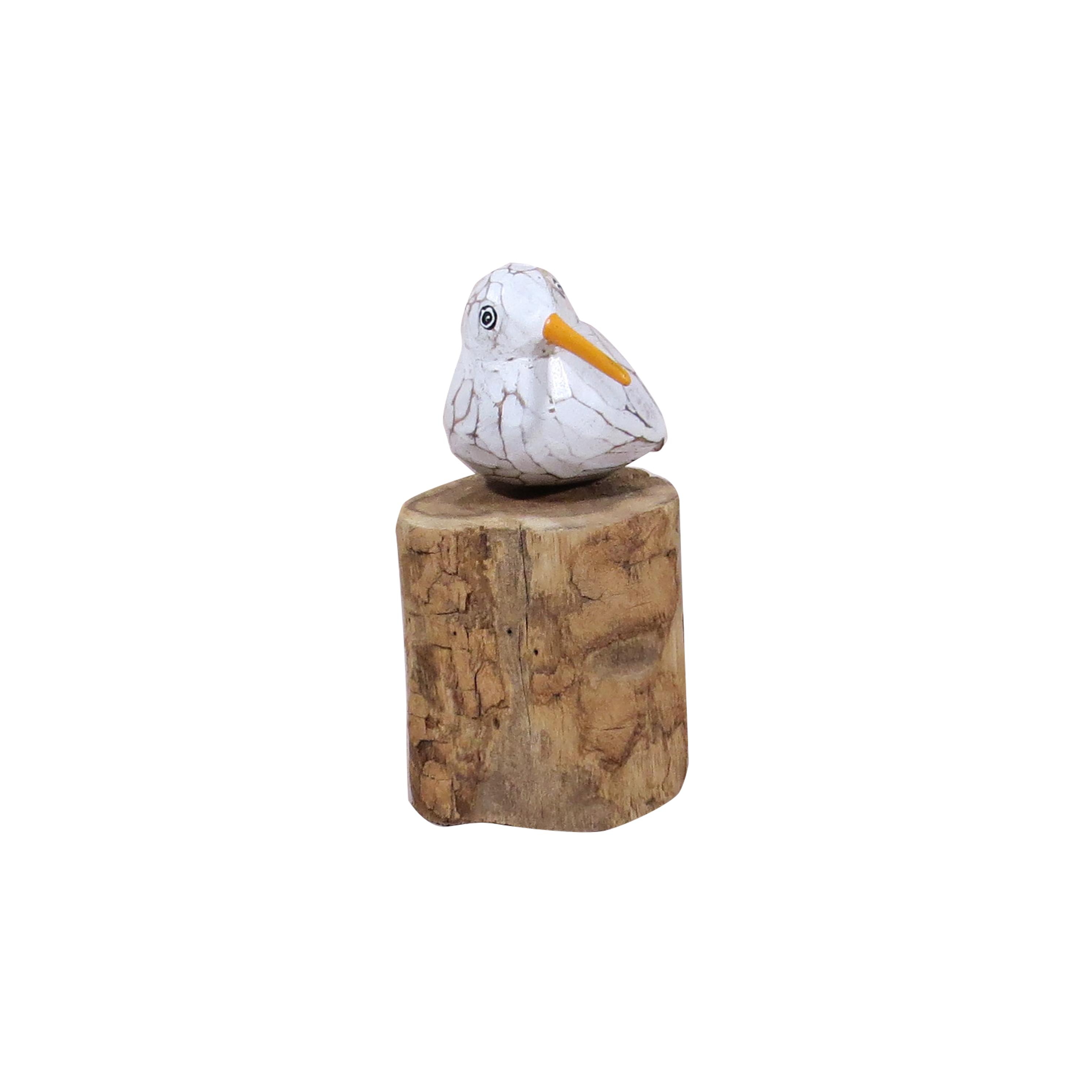 Un pájaro sobre tronco