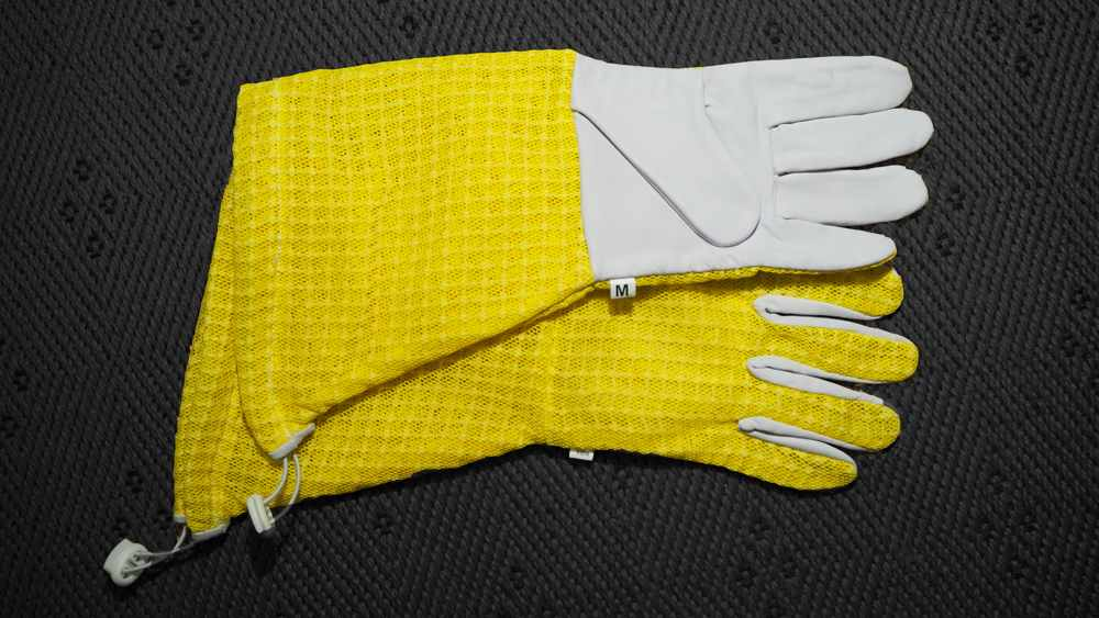 Beekeepers gloves type 2, leather with mesh fabric on the back of the hand and short leg warmers