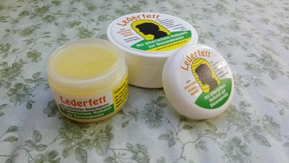 Leather grease for beekeeping gloves with essential oil of cloves to the bee defense