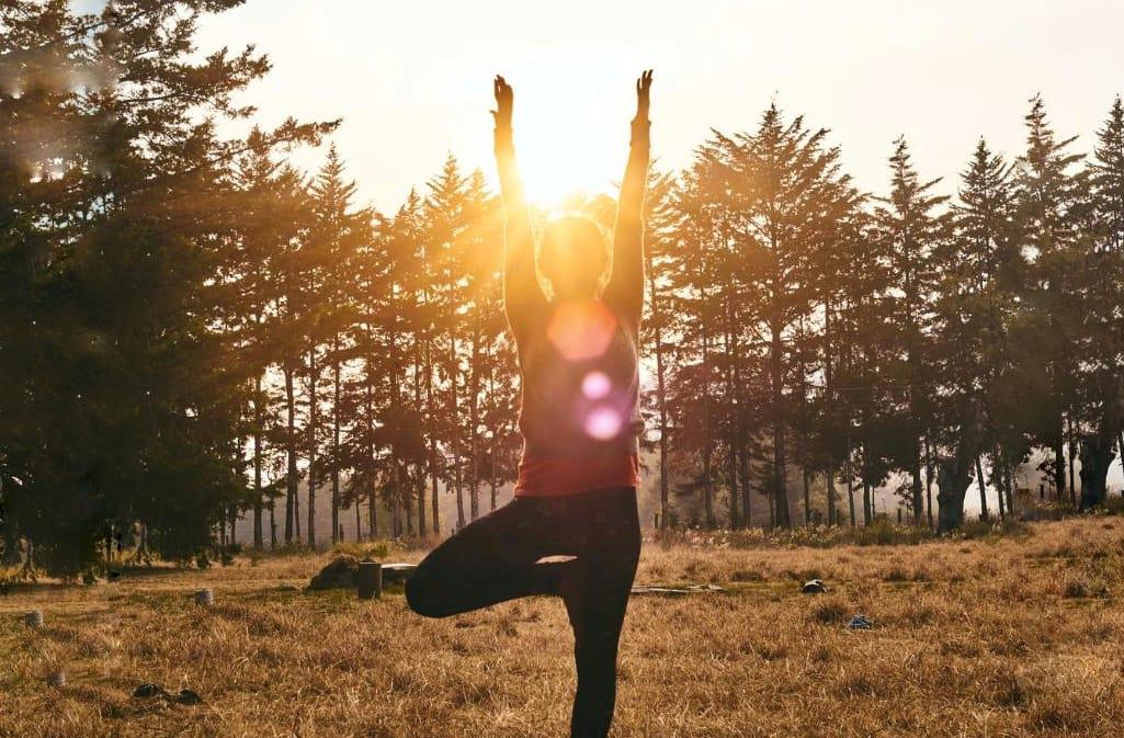 3 posturas de yoga para comenzar el día con energía