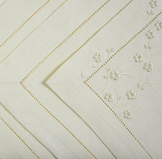 EMBROIDERED PLACEMAT AND NAPKIN (SET OF 4)