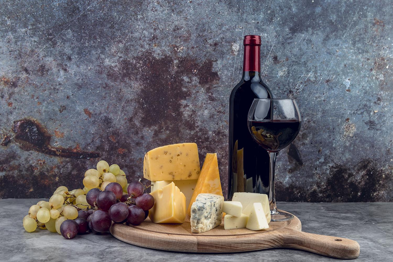 Abordando os clássicos: vinho e queijo não devem faltar em sua mesa
