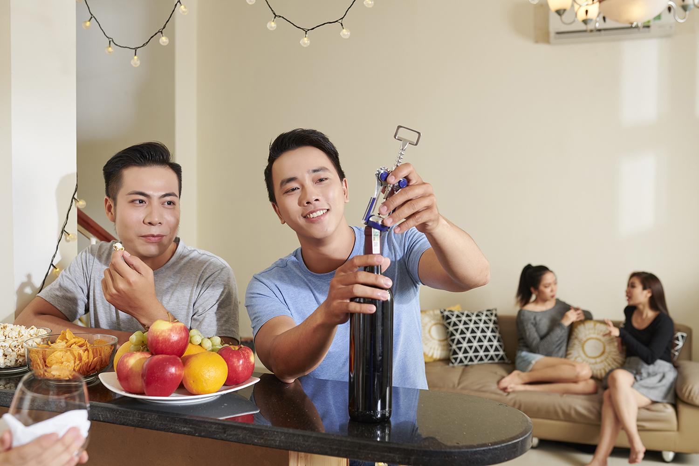 Aprenda 4 maneiras de abrir uma garrafa de vinho e surpreenda seus amigos