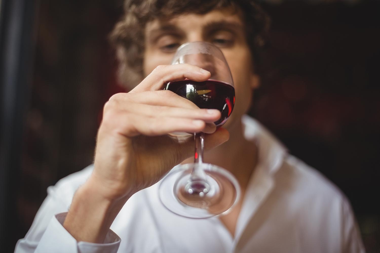 Entenda por que devemos girar a taça de vinho antes de beber