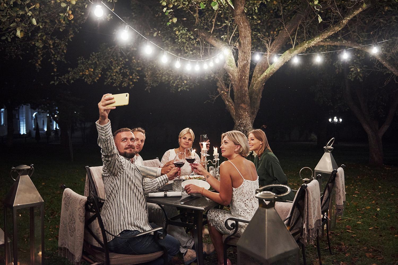 Noite do vinho entre amigos: organizando uma noite especial