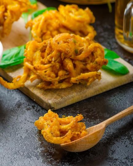 🧅¡𝐁𝐡𝐚𝐣𝐢 𝐝𝐞 𝐜𝐞𝐛𝐨𝐥𝐥𝐚! Un aperitivo de la India muy fácil de preparar con el delicioso sabor de las especias, un toque picante y crujiente.