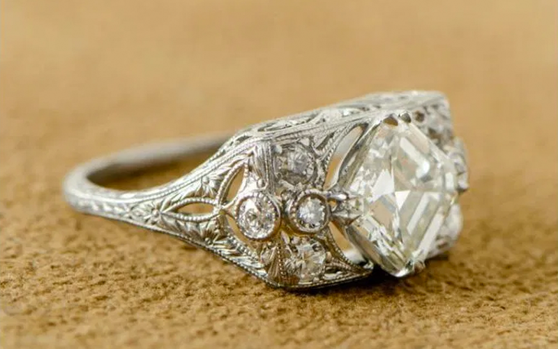 10 reasons to choose an antique engagement ring