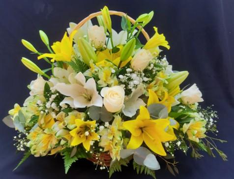 Cesta con flores mixtas (Blancas y Amarillas)