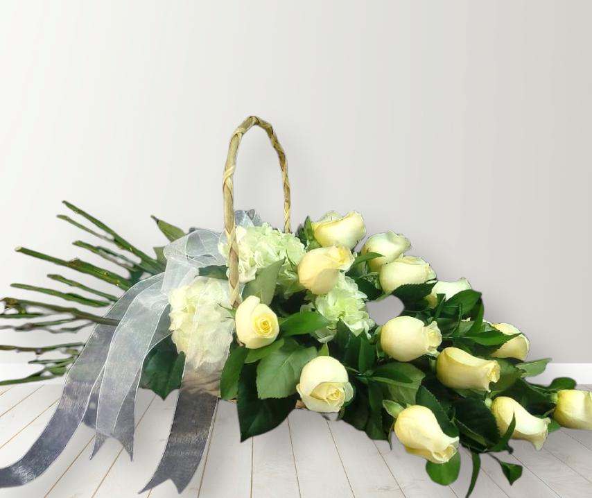 Cesta con 15 Rosas Blancas