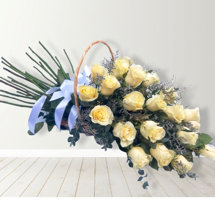 Cesta con 25 rosas blancas
