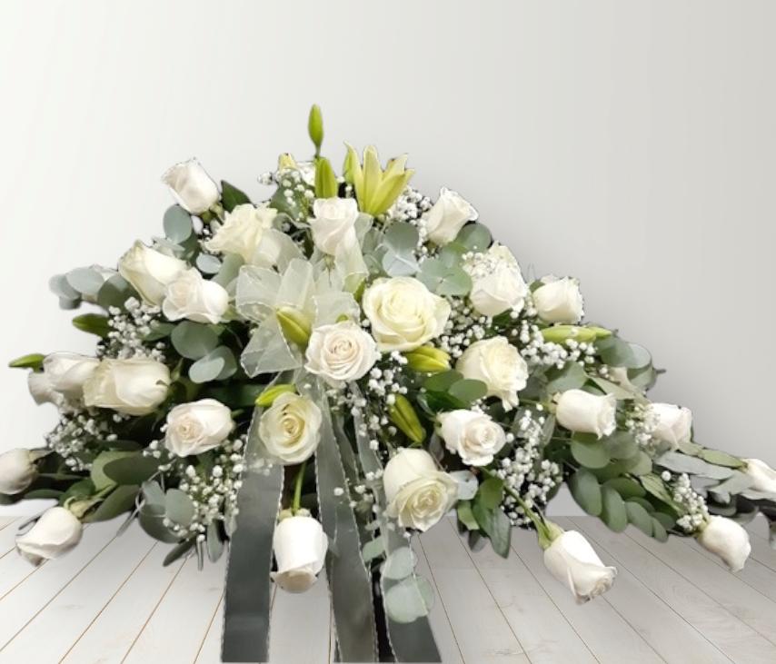 Cojín con 50 Rosas, Liliums y Eucaliuptus