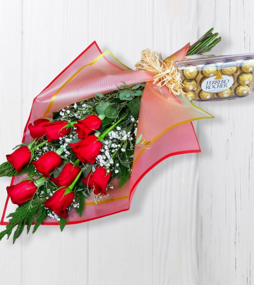 Ramo Tendido con 10 Rosas Rojas y Bombones