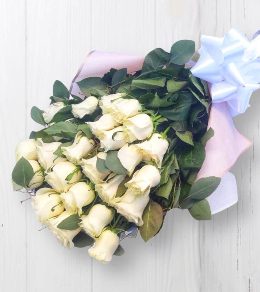 Ramo tendido con 24 Rosas Blancas