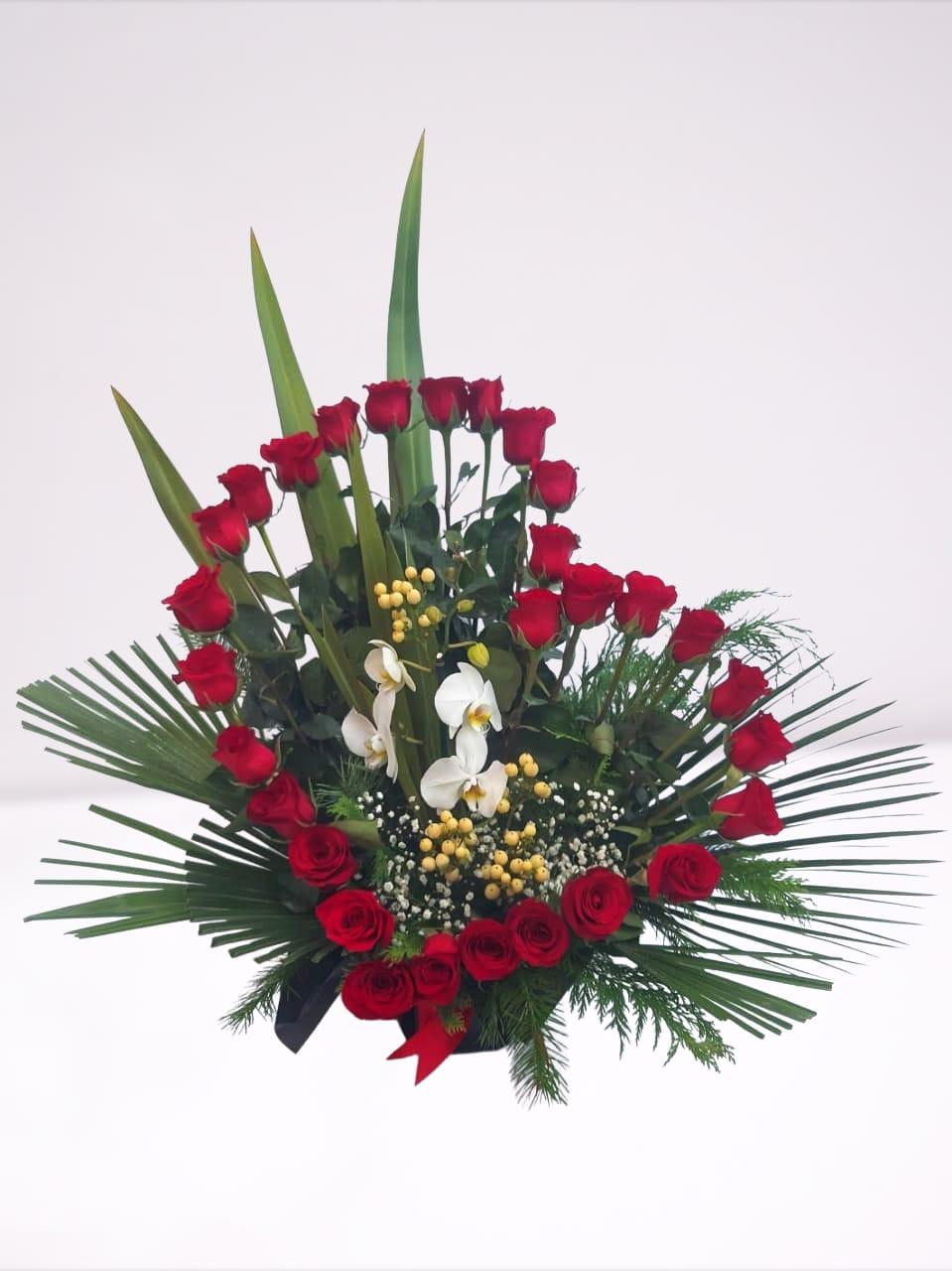 Arreglo en forma de corazón con 29 Rosas y Orquídeas