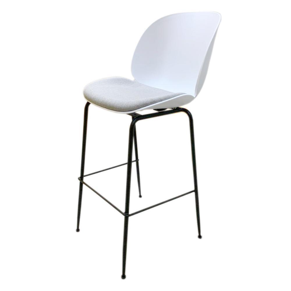 Piso Bar stool GamFratesi Beetle GUBI Boob color blanco con cojín patas negras