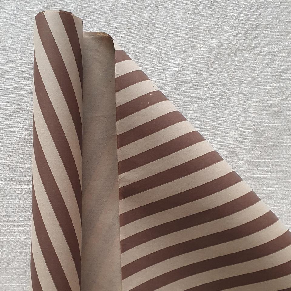 Papel Kraft líneas café 200 pliegos 75 x 100 cms