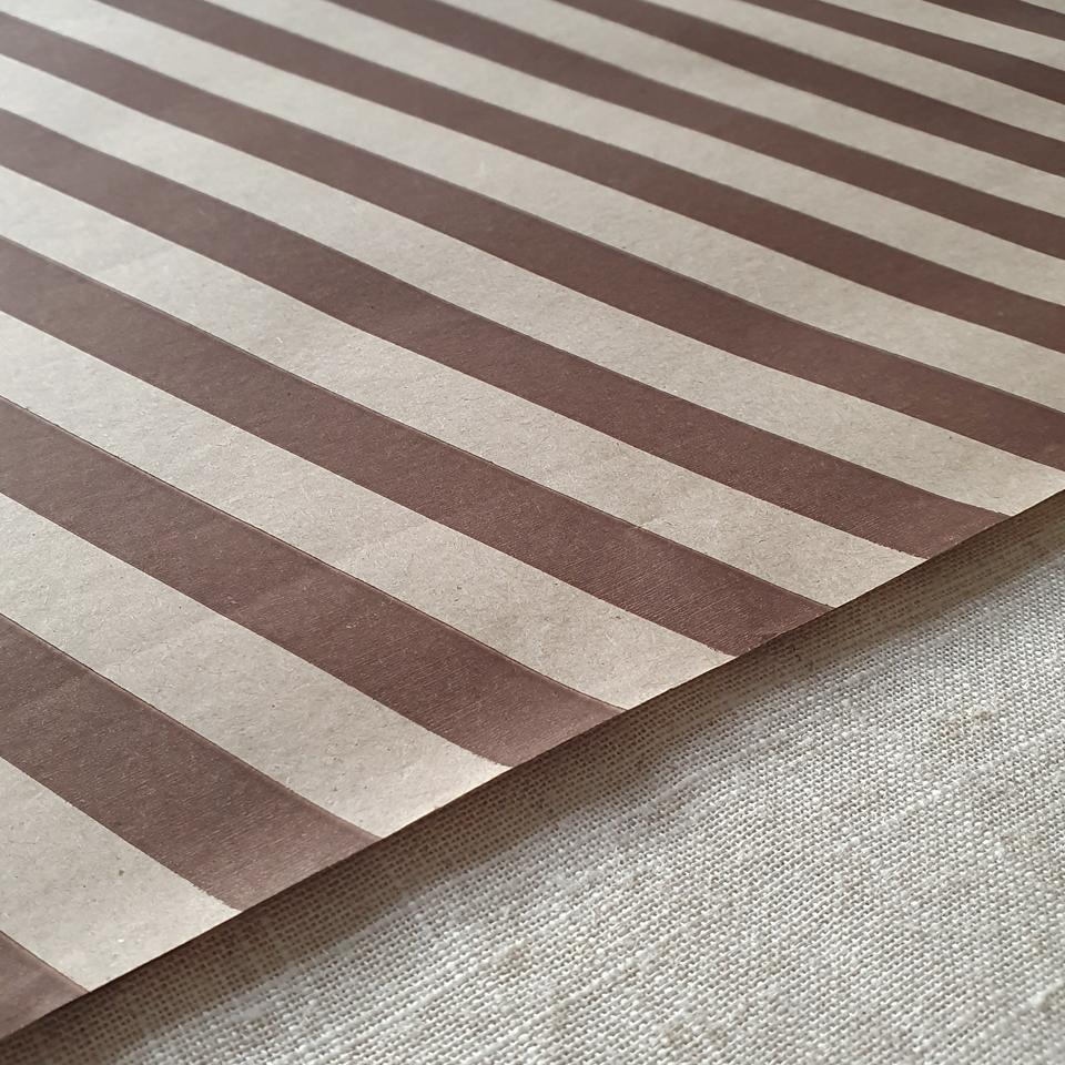 Papel Kraft líneas café 200 pliegos 50 x 38 cms