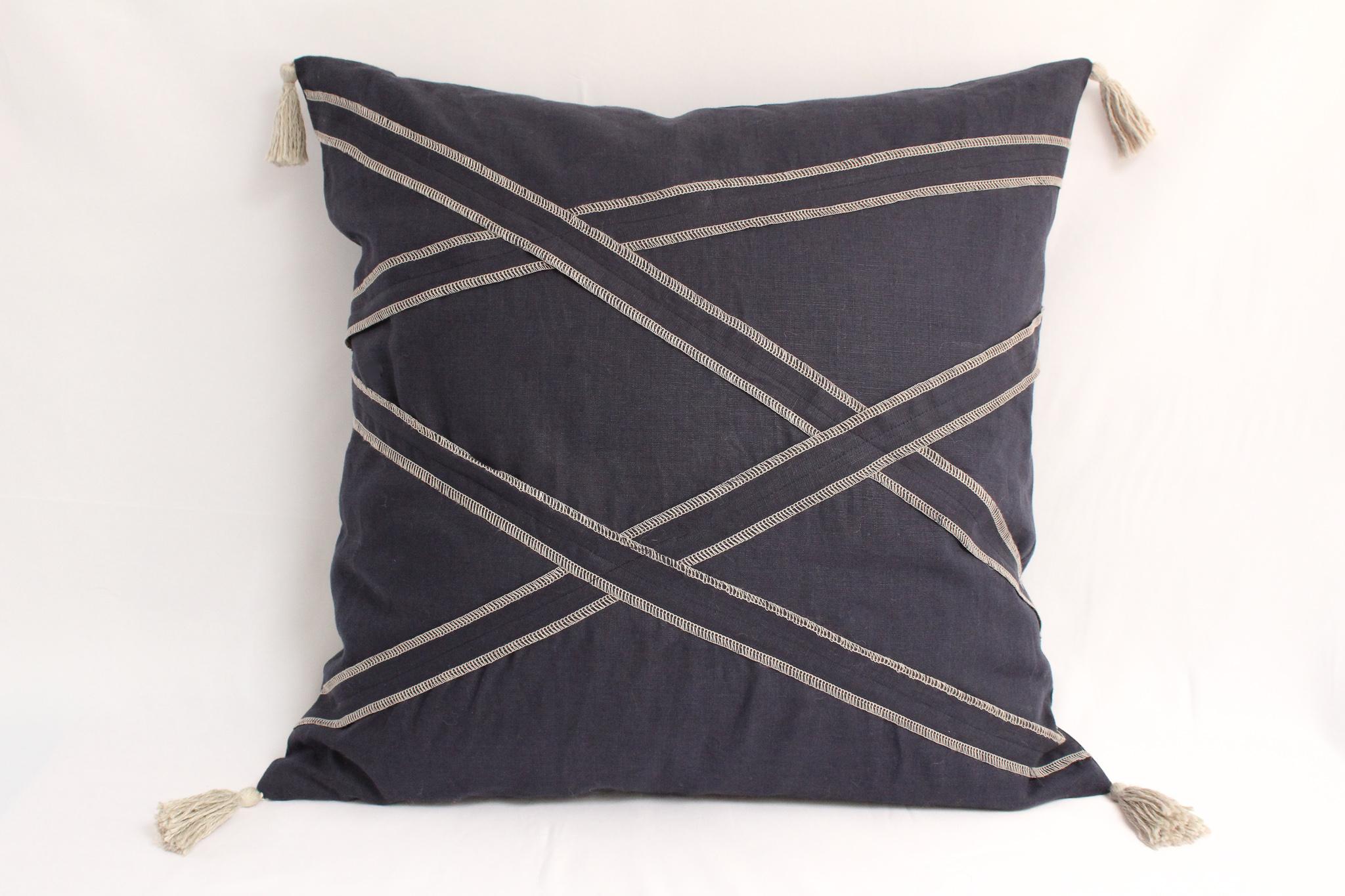 Cojín de lino azul y franjas diagonales