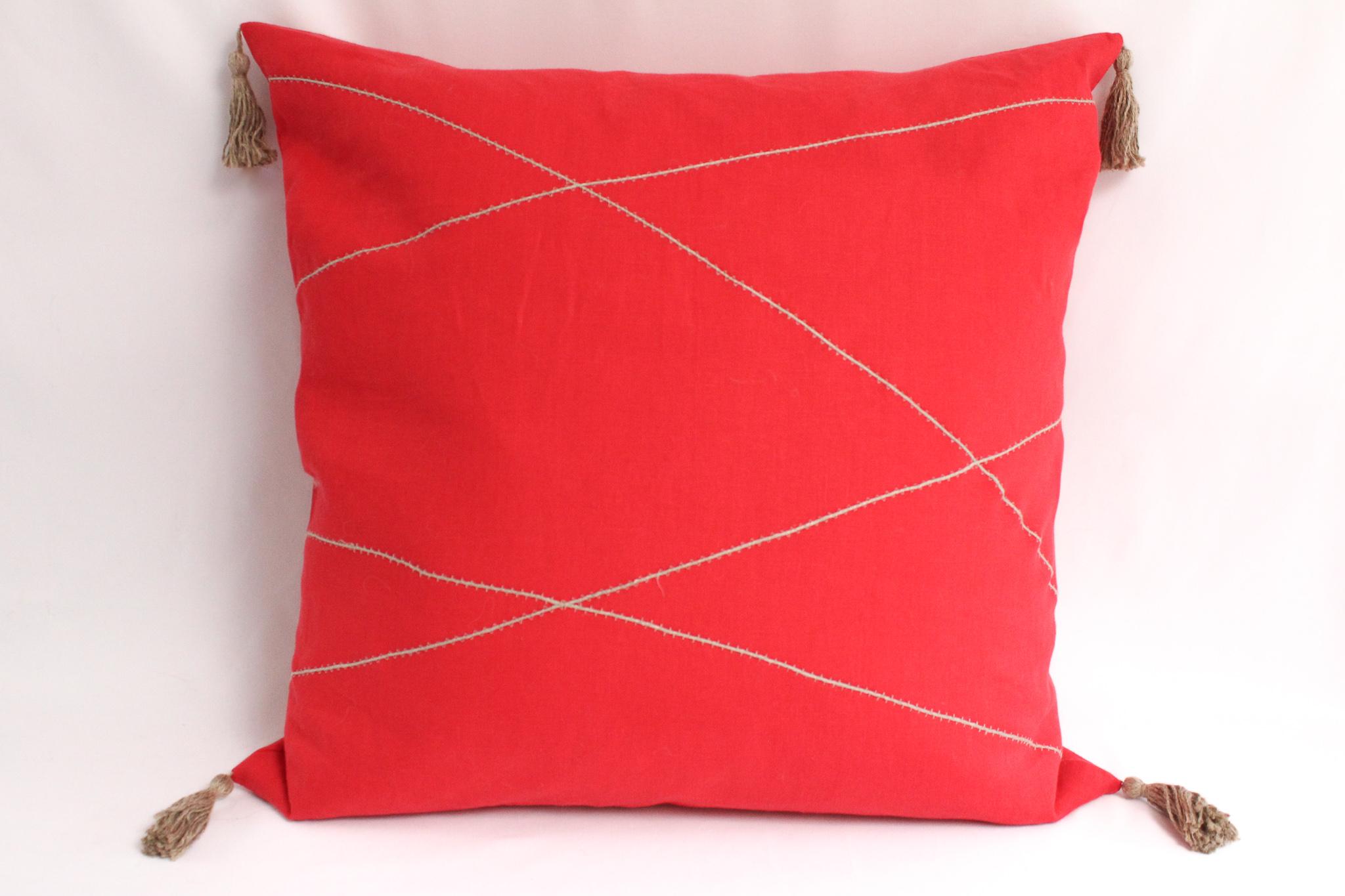 Cojín de lino 60x60 rojo y aplicaciones de lino