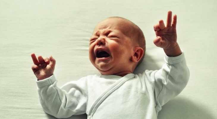 ¿Tu bebé se queja y retuerce al ponerlo al pecho? ¿Quiere estar pegado todo el día? Aprende sobre los