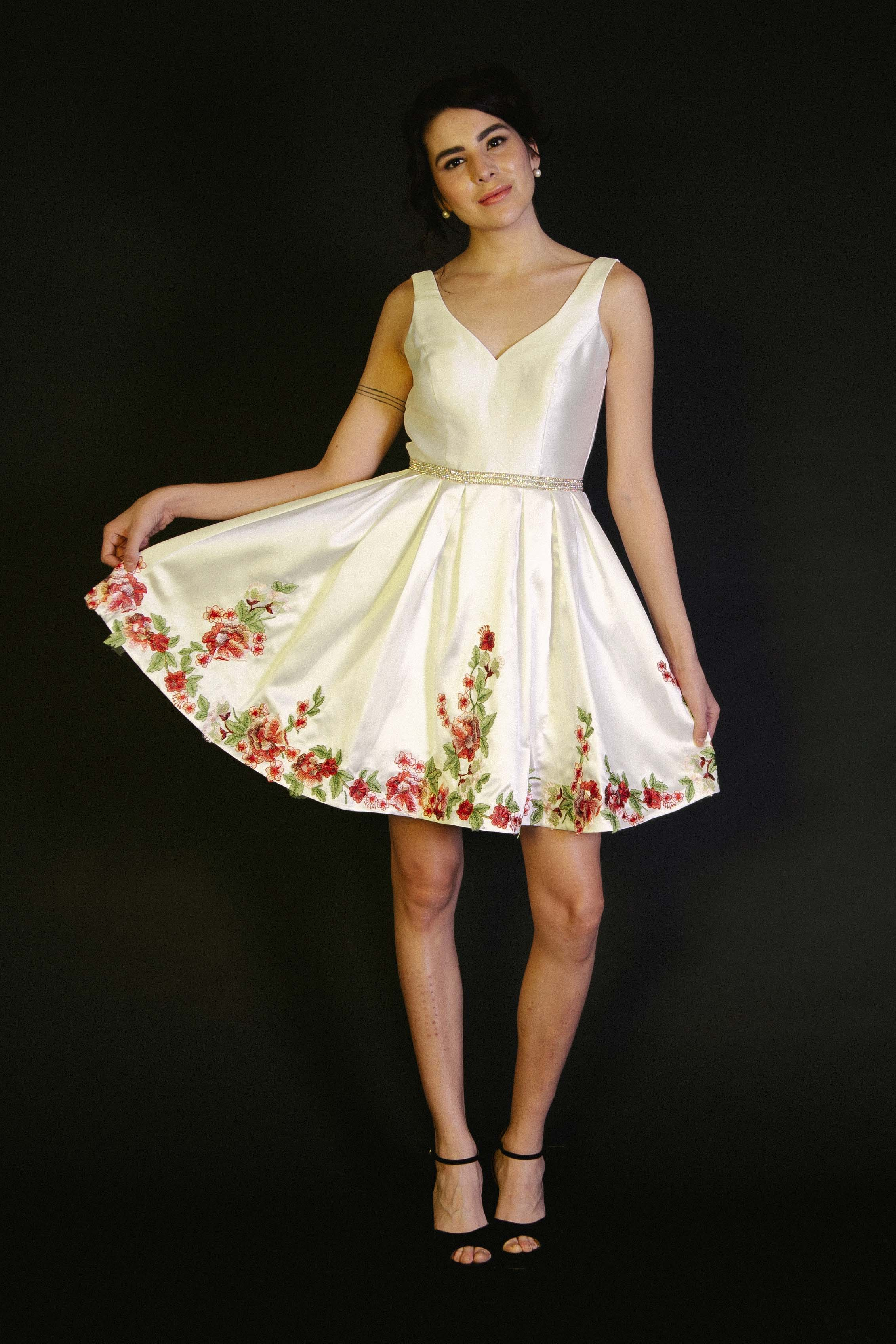 Vestido Corto Línea A Satín Flores