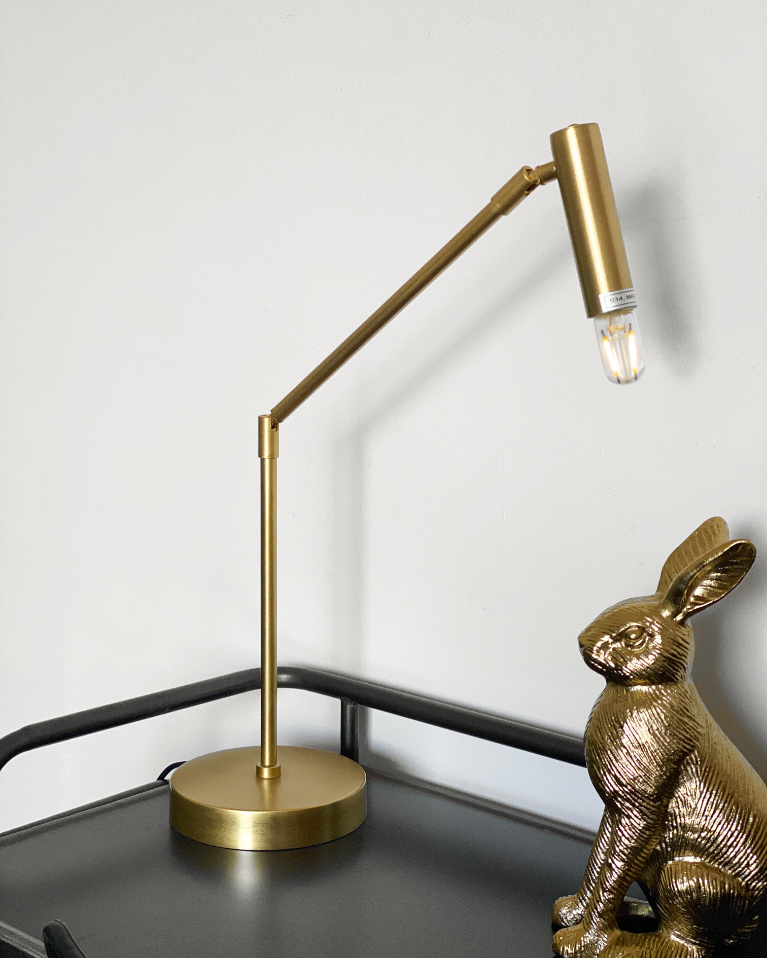 Lámpara dorada articulada