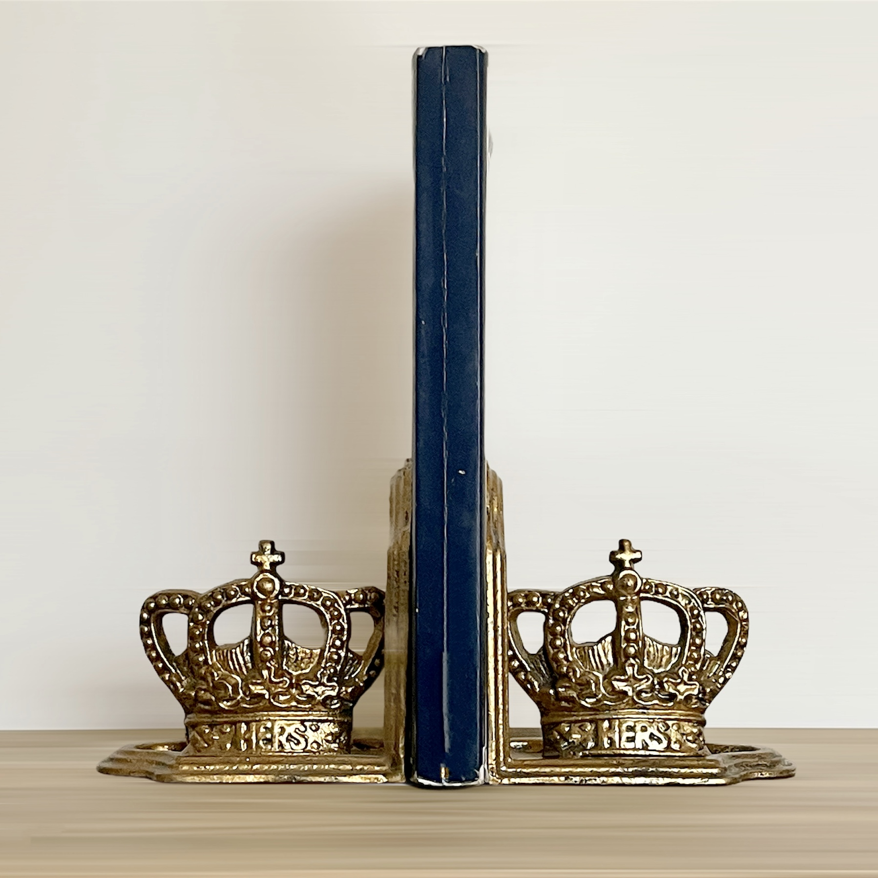 Sujeta libros coronas