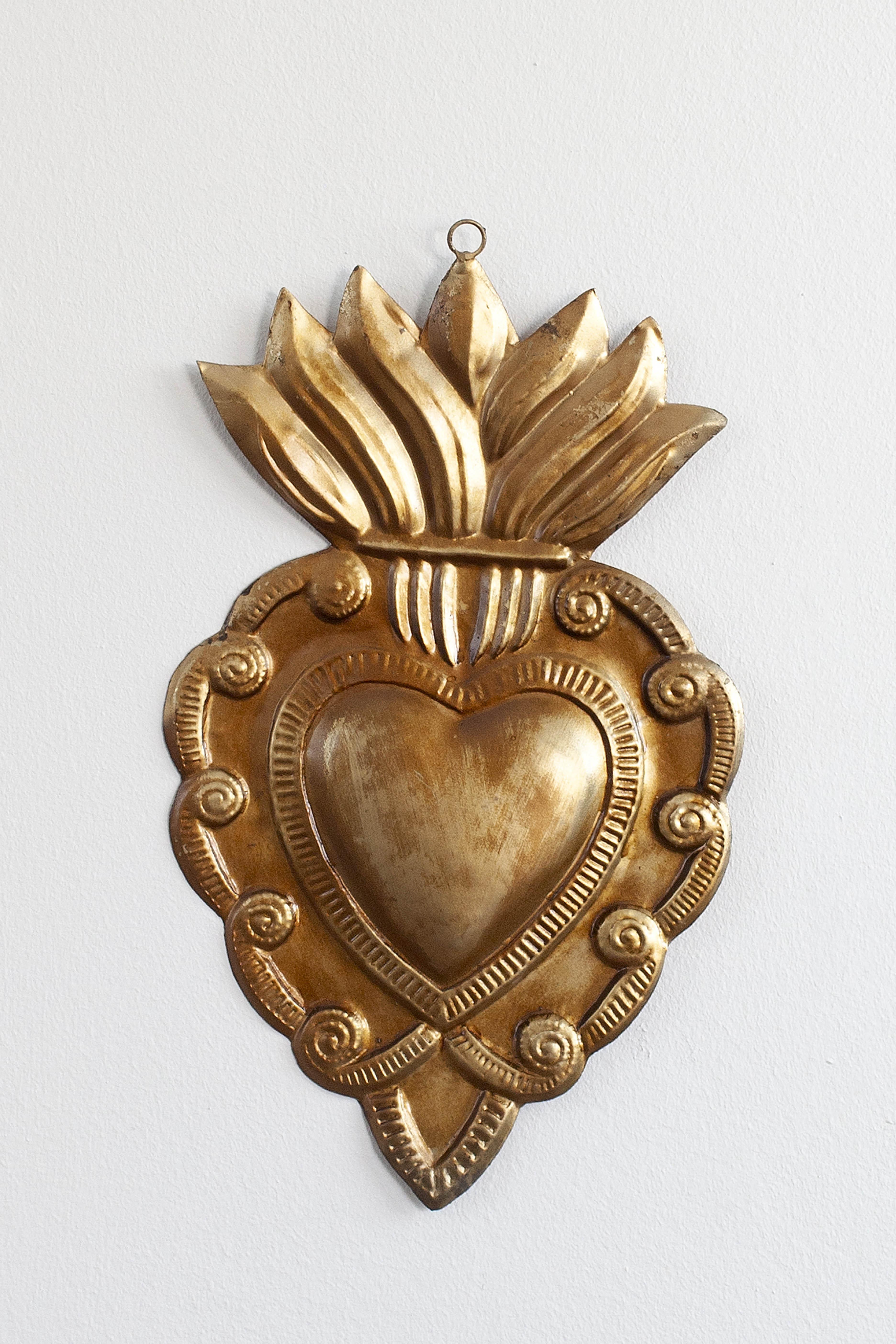 Corazón sagrado dorado llama