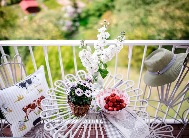 Decorando tu balcón con pasto sintético