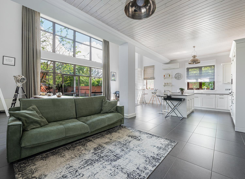 Incluye pasto sintético tipo alfombra en tu hogar