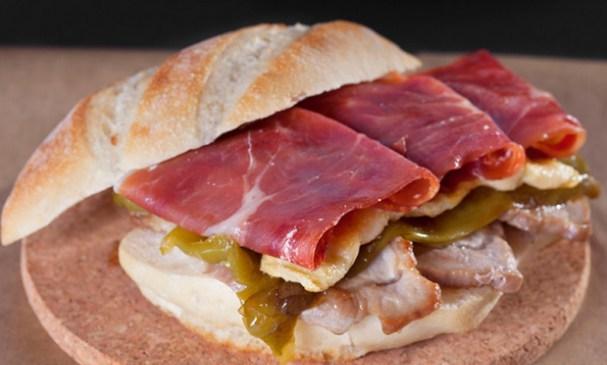 Cómo preparar un Serranito. El clásico sandwich (bocadillo) con jamón serrano originario de Andalucía.