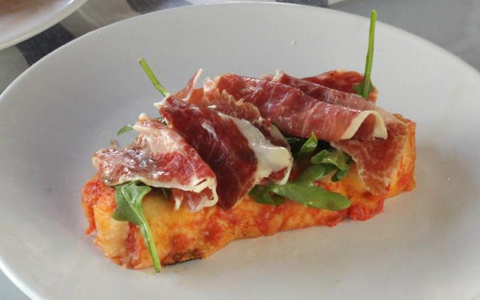 Torrijas saladas de tomate y jamón serrano o jamón ibérico