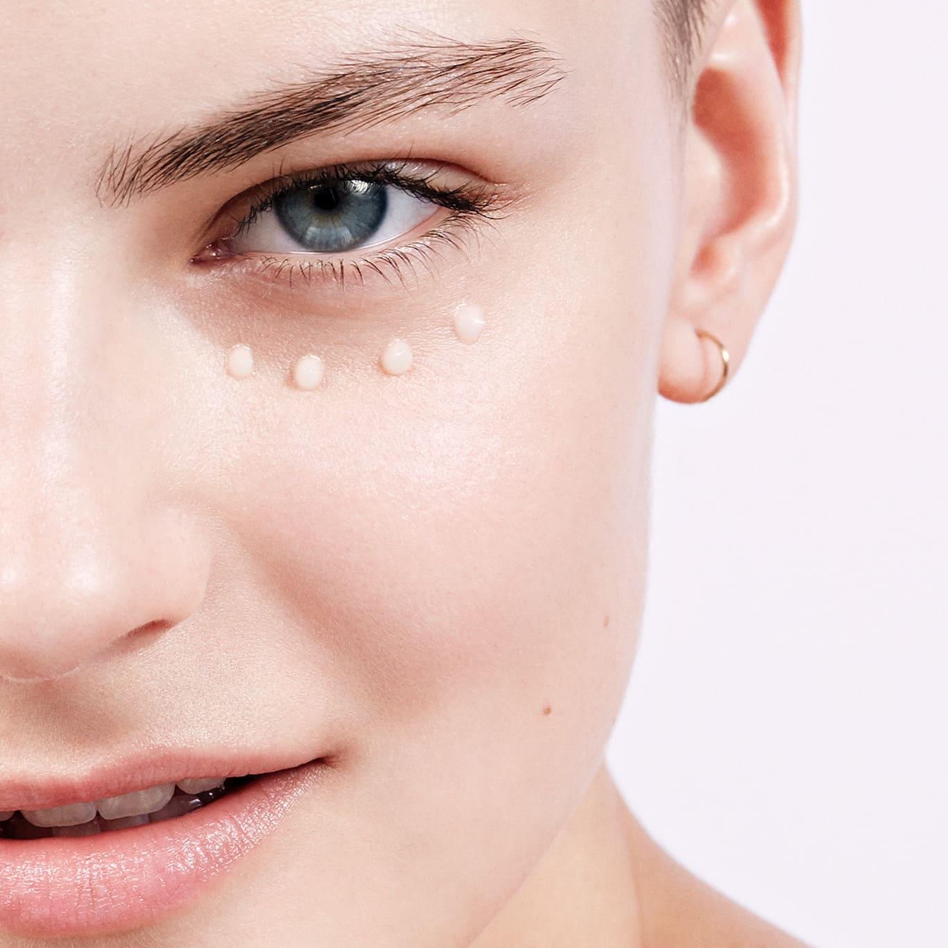 Descubre los mejores contorno para ojos y sus beneficios antiedad para la piel.
