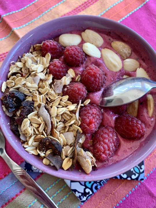Smoothie Bowl de Frutos Vermelhos e Granola