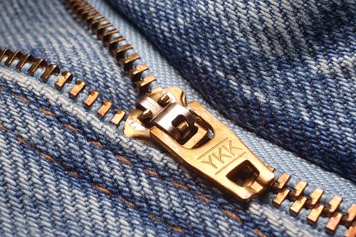 ¿Te fijaste en la sigla YKK en los cierres de tu ropa?
